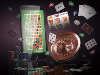 Kasinopelejä, kortteja, pelimerkkejä ja kännykkä